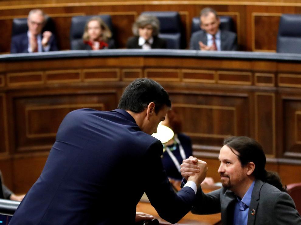 Sánchez e Iglesias se estrechan la mano en un momento de la tercera jornada de investidura en el Congreso de los Diputados.