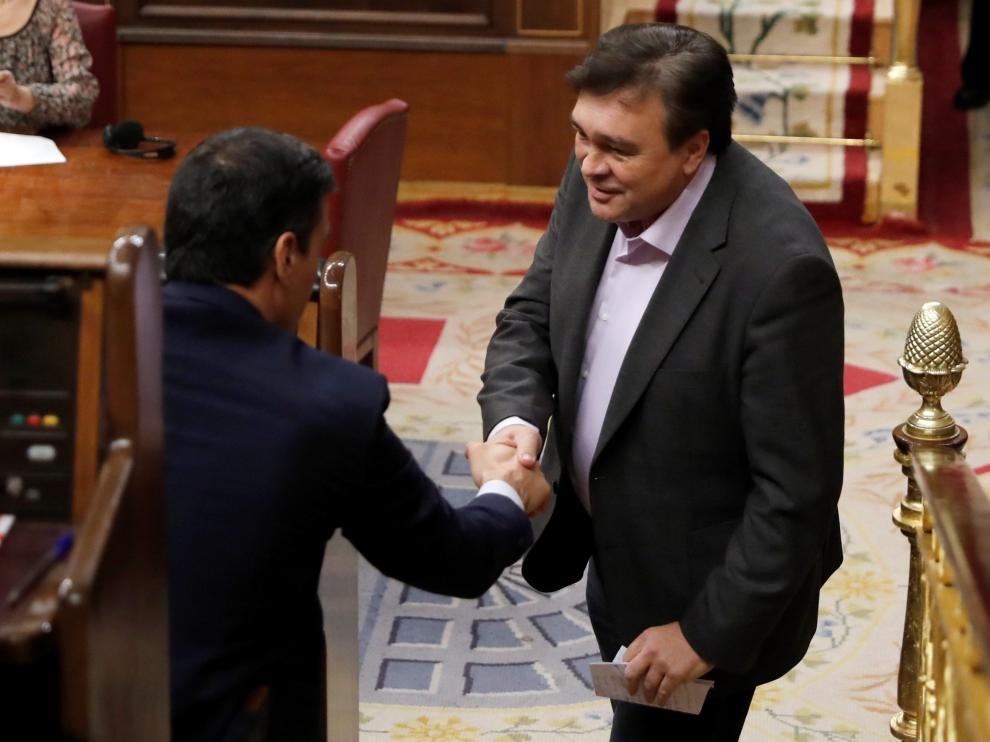 Tomás Guitarte y Pedro Sánchez se saludan durante el pleno de investidura del líder socialista.