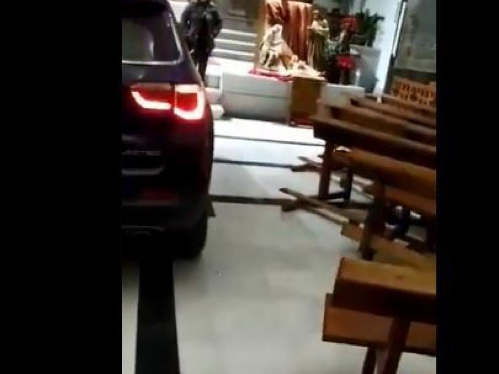 Coche empotrado en el altar de una iglesia.