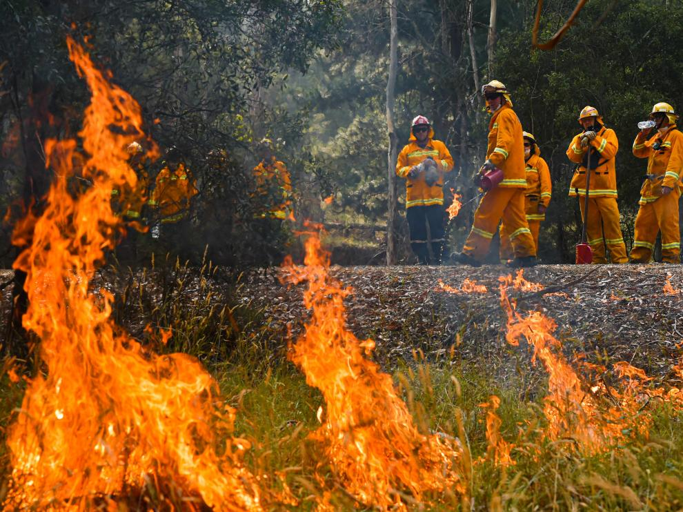 A supplied image obtained January 8, 2020 shows Country Fire Authority (CFA) strike teams performing controlled burning west of Corryong, Victoria, Australia, January 7, 2020. Picture taken January 7, 2020. AAP Image/Supplied by State Control Centre Media/News Corp Australia, Jason Edwards/via REUTERS ATTENTION EDITORS - THIS IMAGE WAS PROVIDED BY A THIRD PARTY. NO RESALES. NO ARCHIVE. AUSTRALIA OUT. NEW ZEALAND OUT. [[[REUTERS VOCENTO]]] AUSTRALIA-BUSHFIRES/