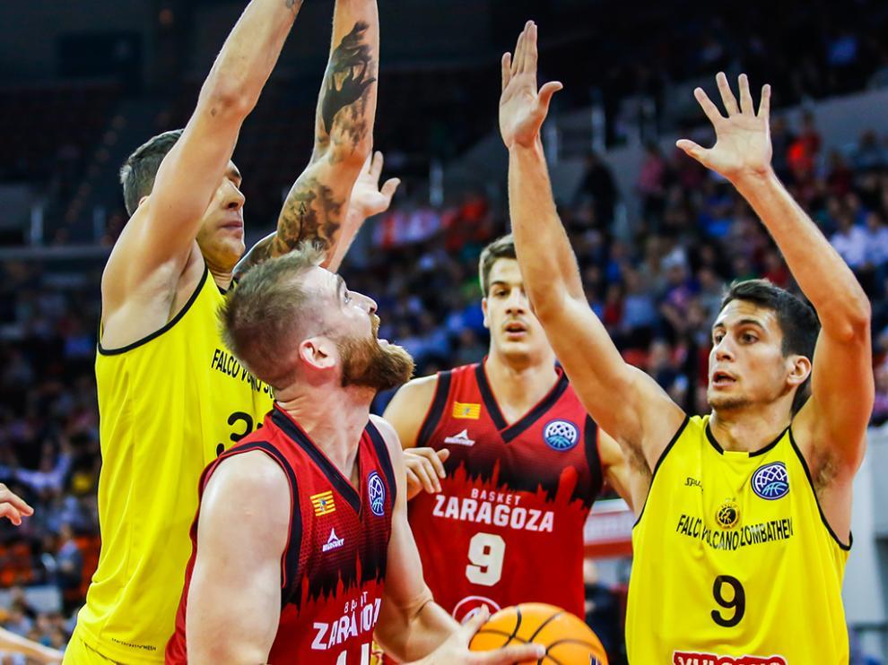 Radovic intenta anotar ante la Zoltan Perl, en el partido entre el Falco y el Casademont Zaragoza