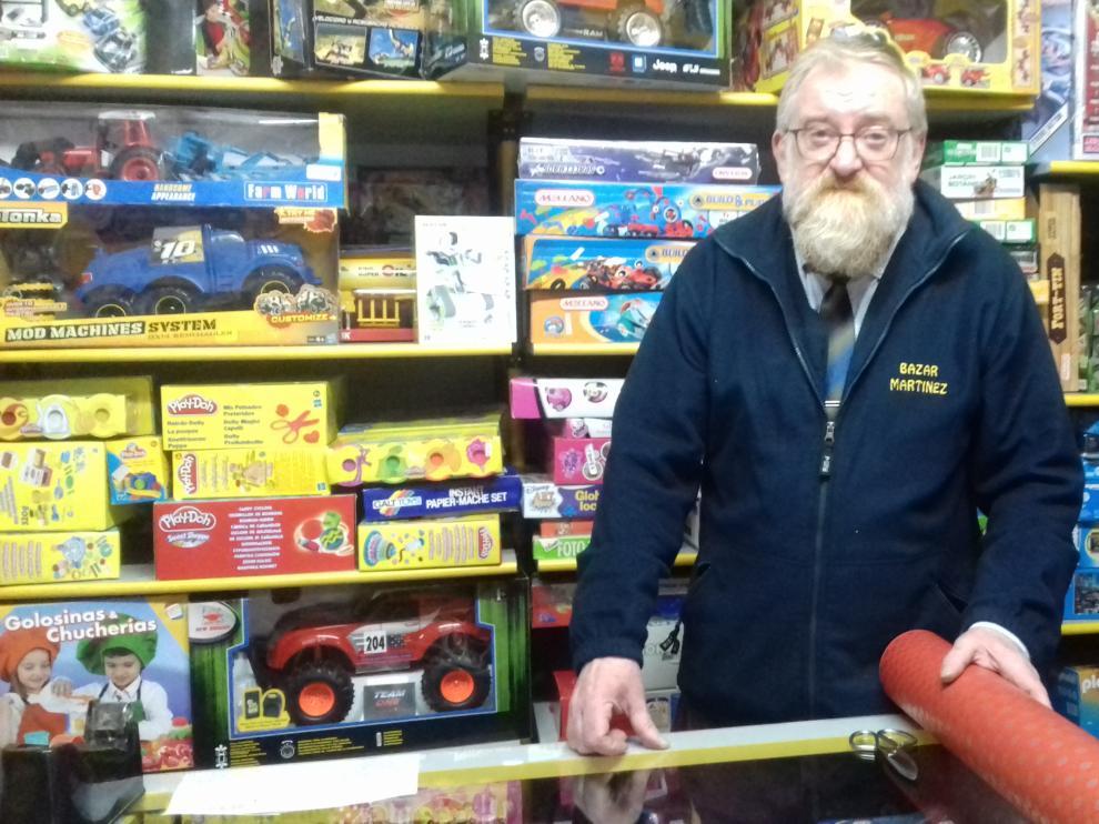 Severo Martínez en su tienda de juguetes de la calle Fita, 24, en Zaragoza.