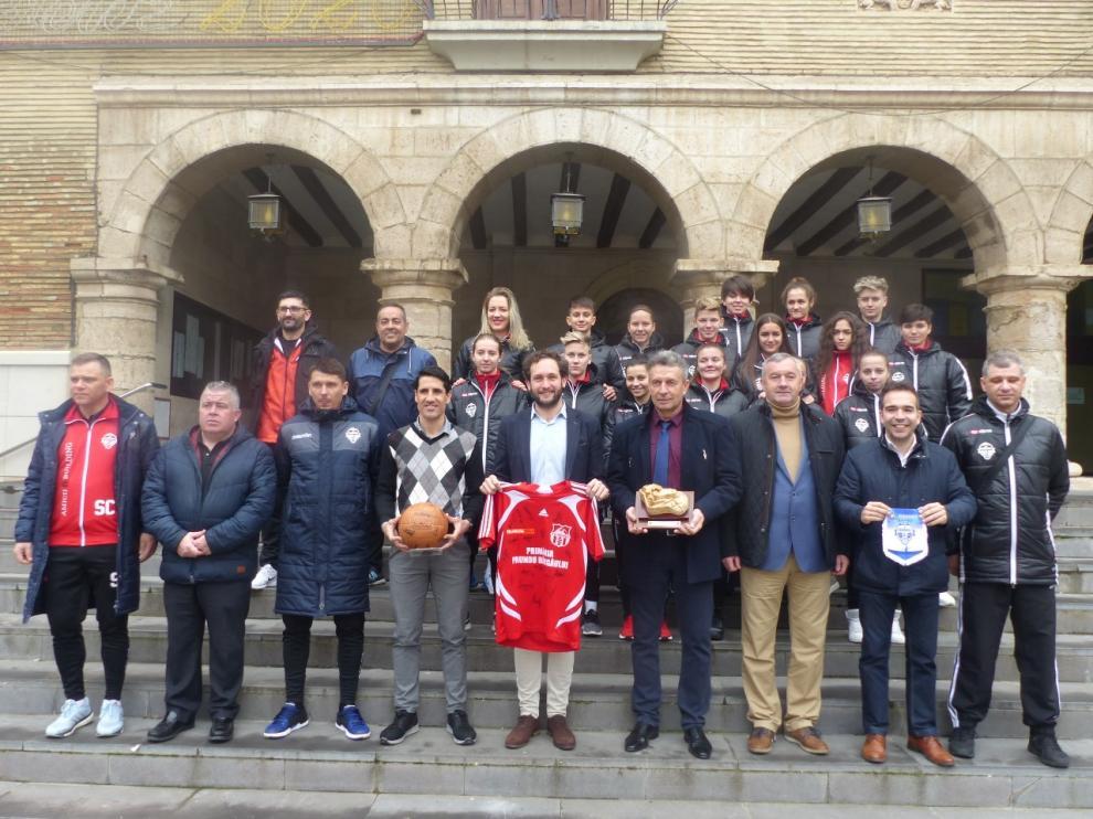 El equipo de fútbol rumano, cuerpo técnico y autoridades en el Ayuntamiento de Monzón.