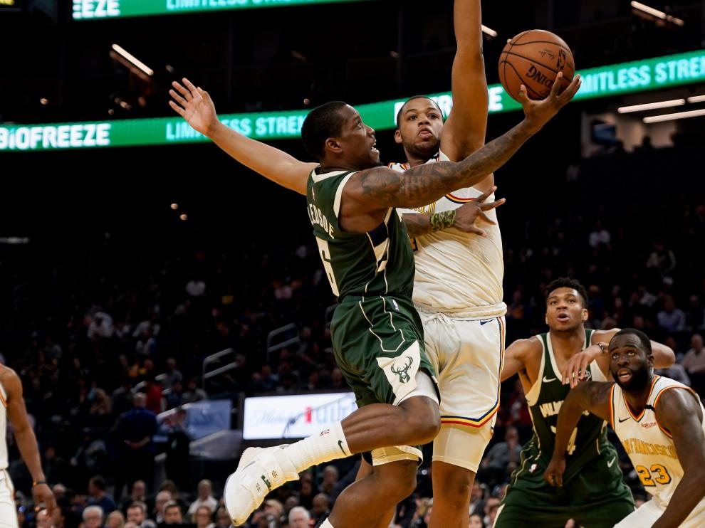 Jan 8, 2020; San Francisco, California, USA; Milwaukee Bucks guard Eric Bledsoe (6) attempts to score against Golden State Warriors forward Omari Spellman (4) during the fourth quarter at Chase Center. Mandatory Credit: Stan Szeto-USA TODAY Sports [[[REUTERS VOCENTO]]] BASKETBALL-NBA-GSW-MIL/