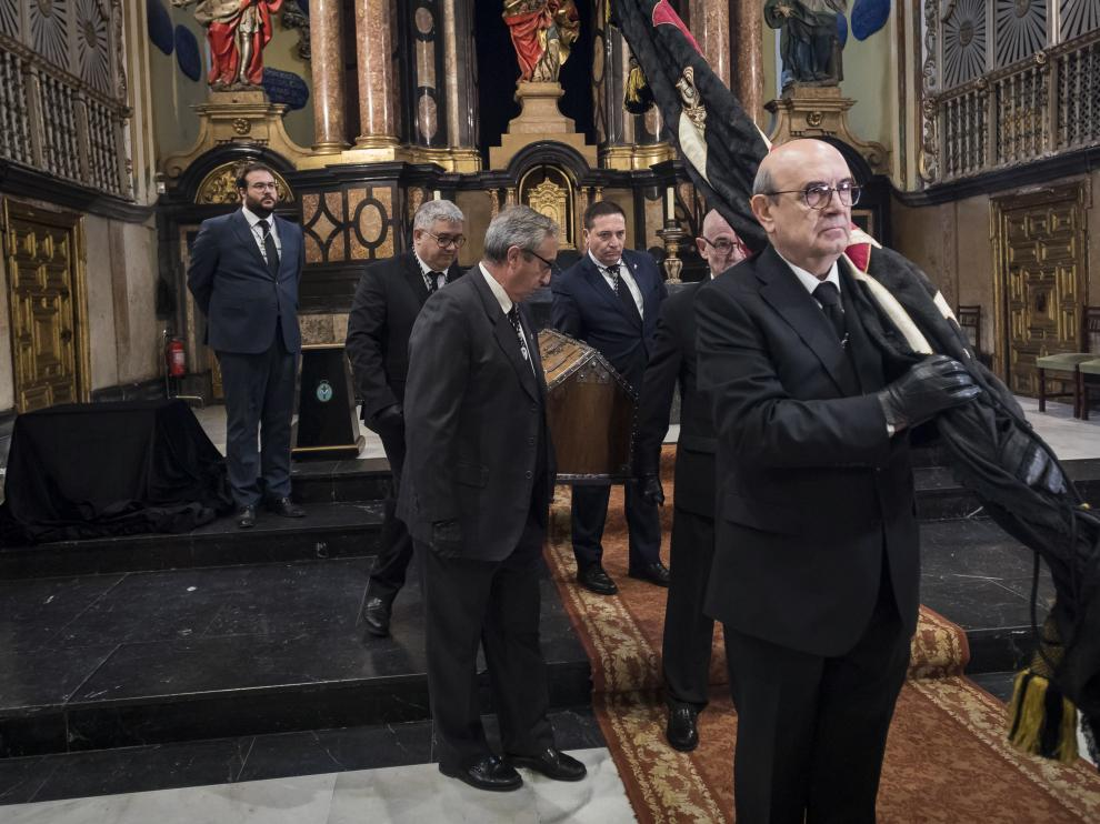 Miembros de la Hermandad de la Sangre de Cristo traslada la urna de los restos atribuidos a Juan de Lanuza en la iglesia de San Cayetano.