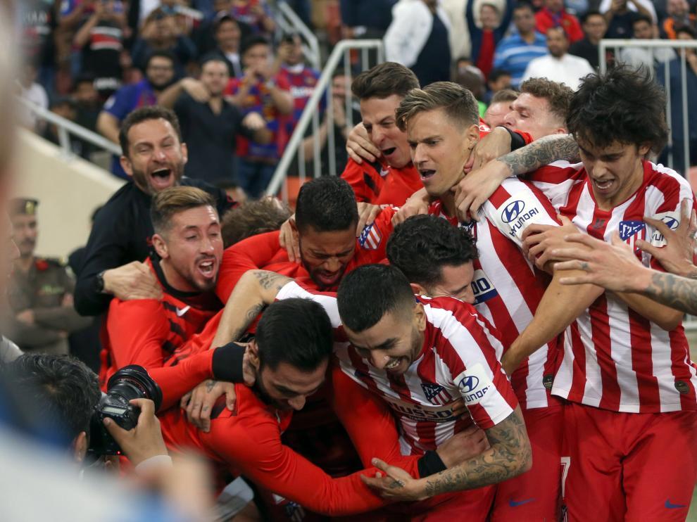 Los jugadores del Atlético celebran el gol ganador contra el Barcelona.