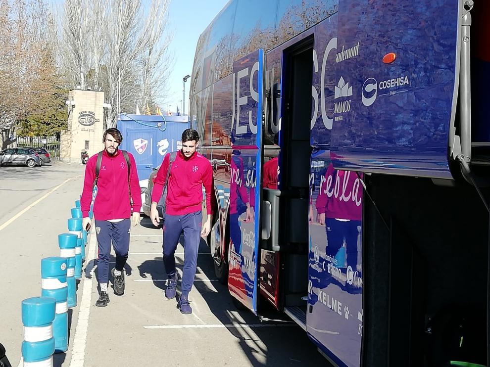 Eugeni y Valera, antes de subir al autobús de la SD Huesca rumbo a León.