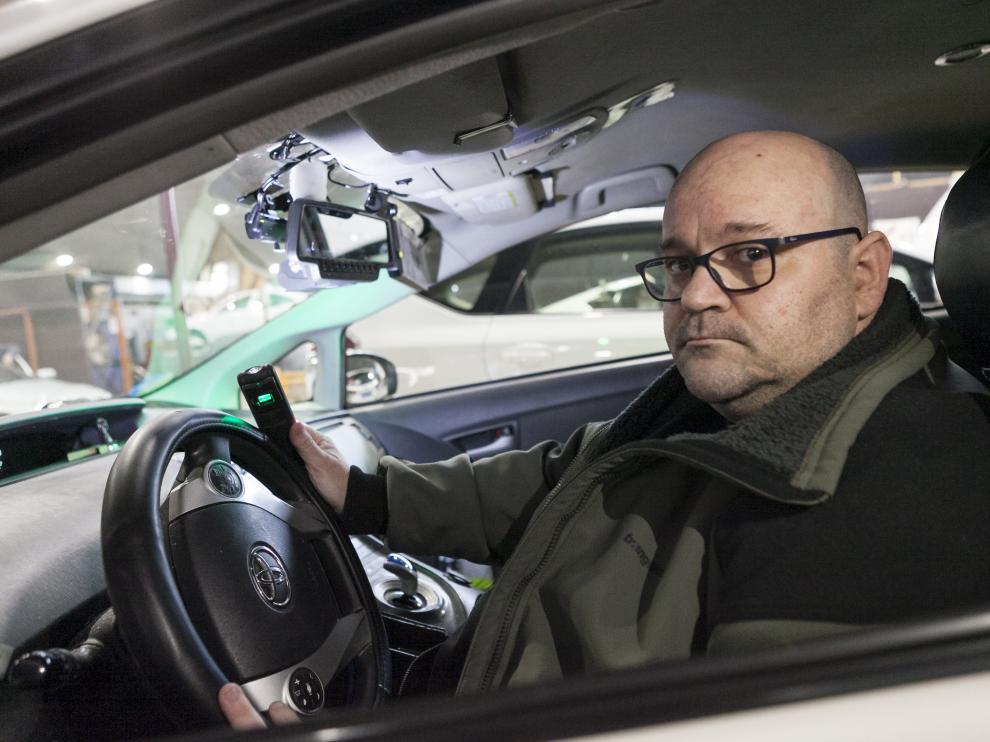 Javier Burgos fue uno de los primeros taxistas de Zaragoza en instalarse una cámara de videovigilancia.