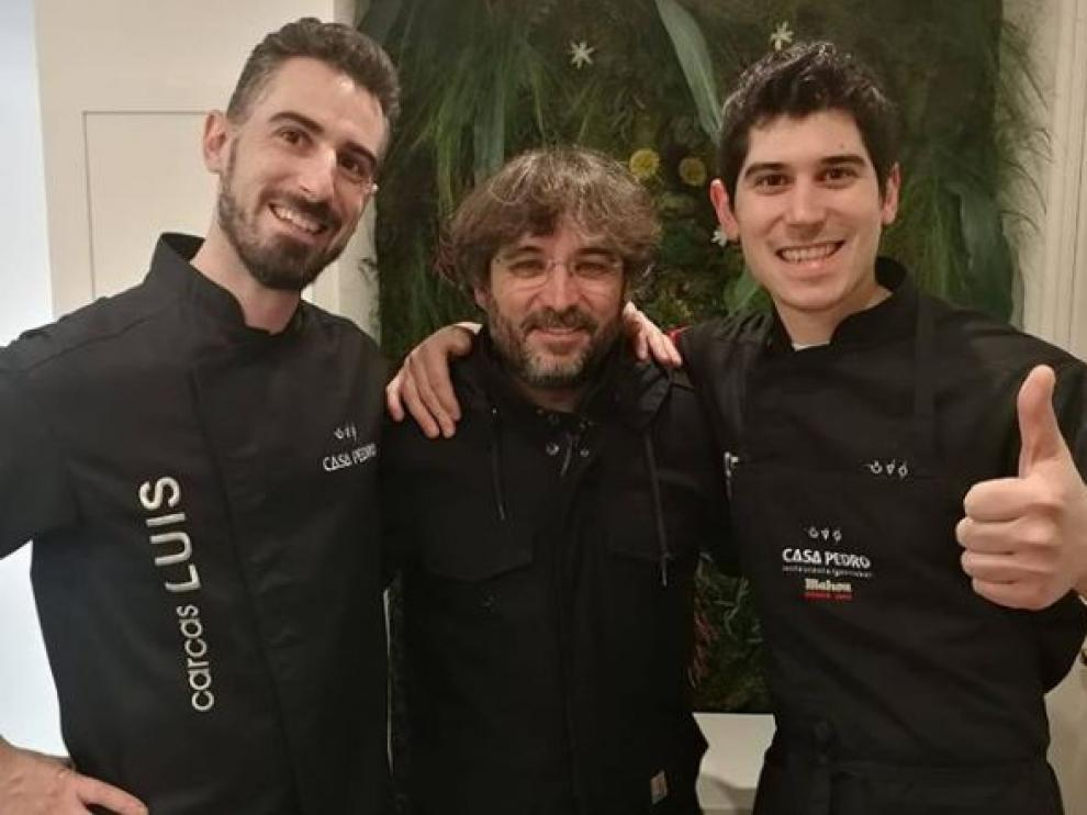 Jordi Évole con Luis (izquierda) y Javier Carcas, cocineros de Casa Pedro.