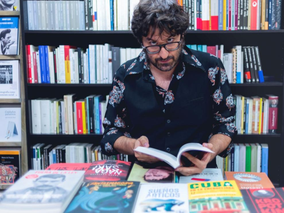 Octavio Gómez Milián, siempre rodeado de novelas y poemarios.