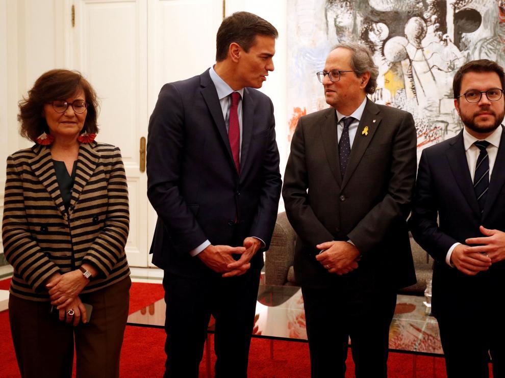 Pedro Sánchez charla con Quim Torra en presencia del vicepresidente de la Generalitat, Pere Aragonès, en diciembre de 2018.