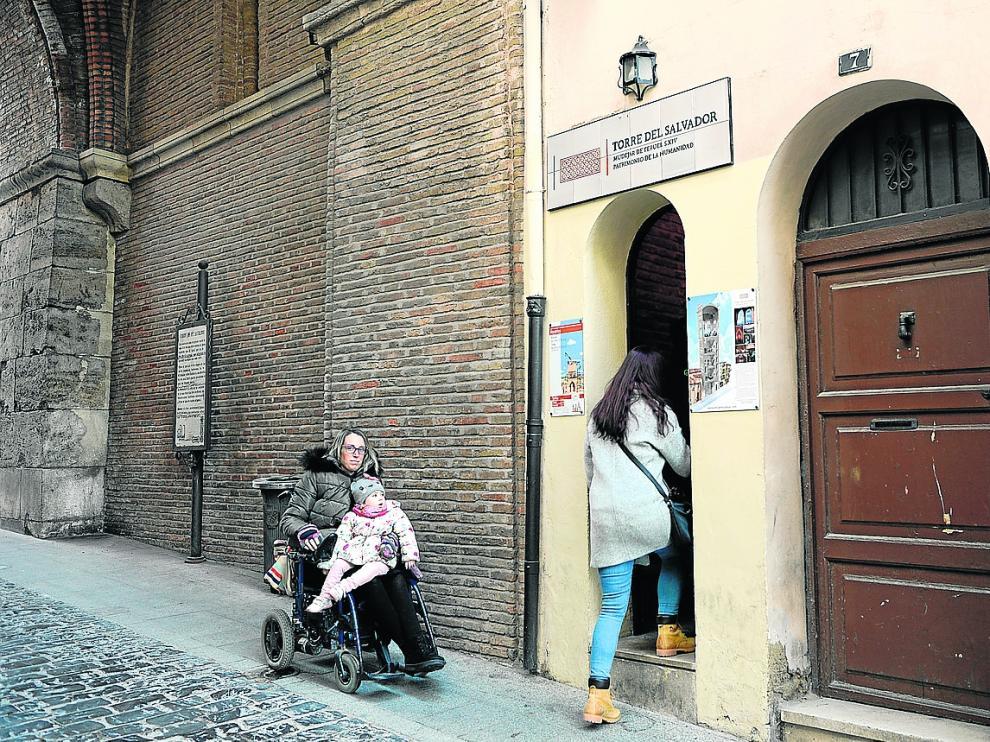 Rosa María Ibáñez, junto a la entrada a la Torre del Salvador, tan estrecha que no cabe una silla de ruedas.