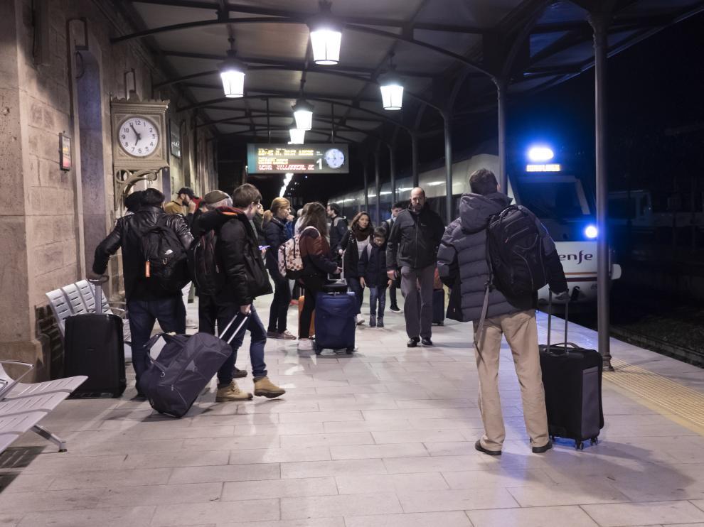 llegada de tren procedente de valencia a la estacion de Teruel. Foto Antonio Garcia/Bykofoto. 20/12/19 [[[FOTOGRAFOS]]]