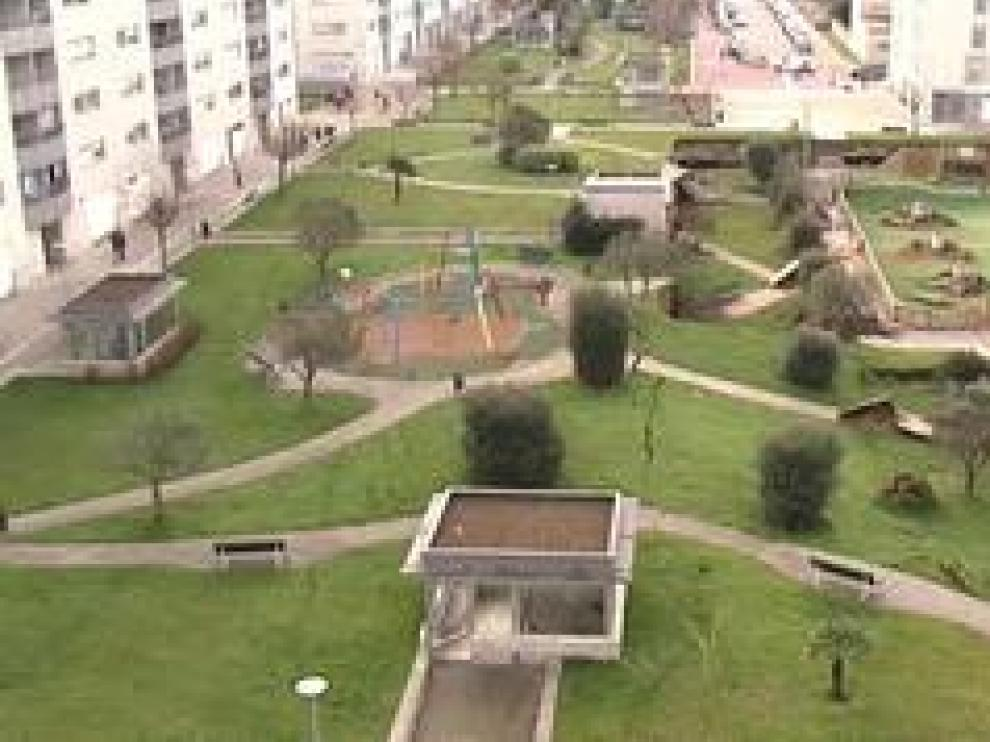 Un parque infantil se ha hundido sobre un parking subterráneo esta madrugada en Santander. Alrededor de las 6.30 horas, los vecinos de la urbanización próxima al centro comercial Bahía de Santander se han despertado sobresaltados y han sentido como una especie de terremoto.
