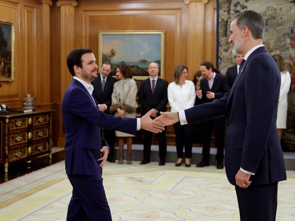 Alberto Garzón saluda al Rey durante la toma de posesión de su cartera