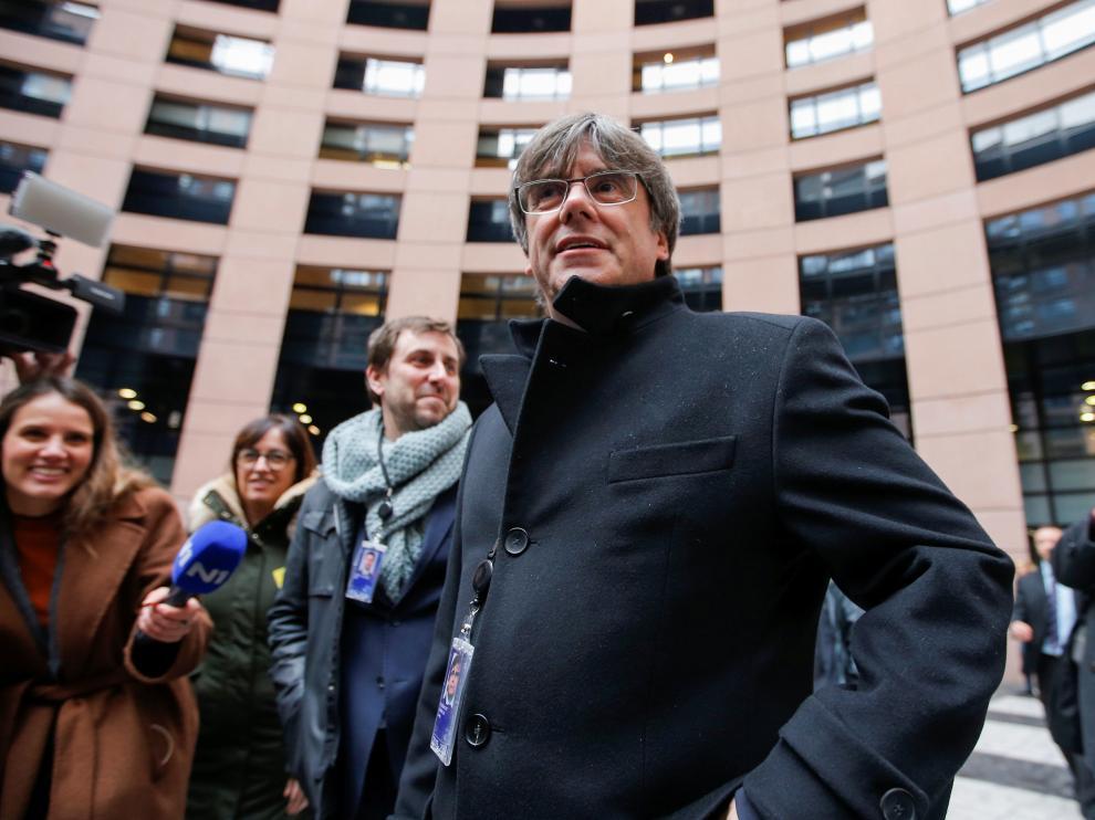 El presidente de la Generalitat, Quim Torra, entre los líderes nacionalistas que han acompañado a los manifestantes que han recibido en el Parlamento Europeo, en Estrasburgo, a Carles Puigdemont y Toni Comín, que han ocupado sus escaños como eurodiputados.