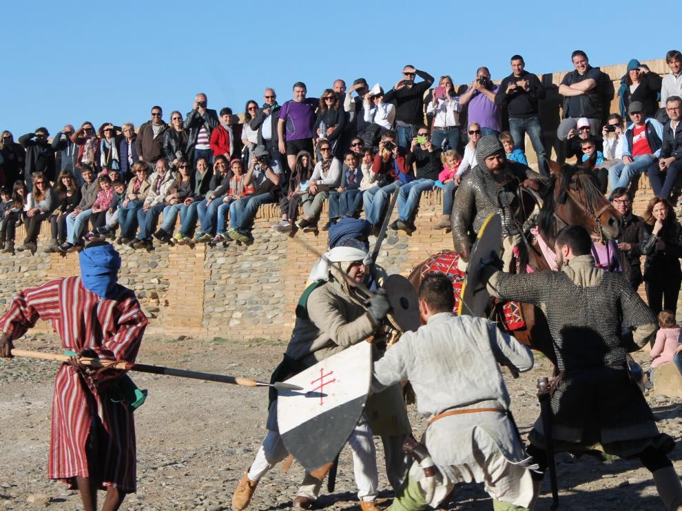 Numerosos espectadores durante una de las recreaciones históricas en el castillo de Monzón