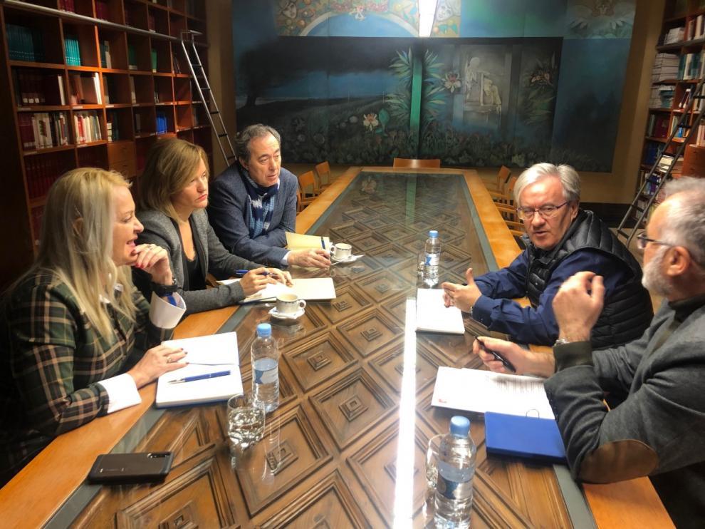 La portavoz socialista, Pilar Alegría, este lunes en su reunión con el Justicia de Aragón.