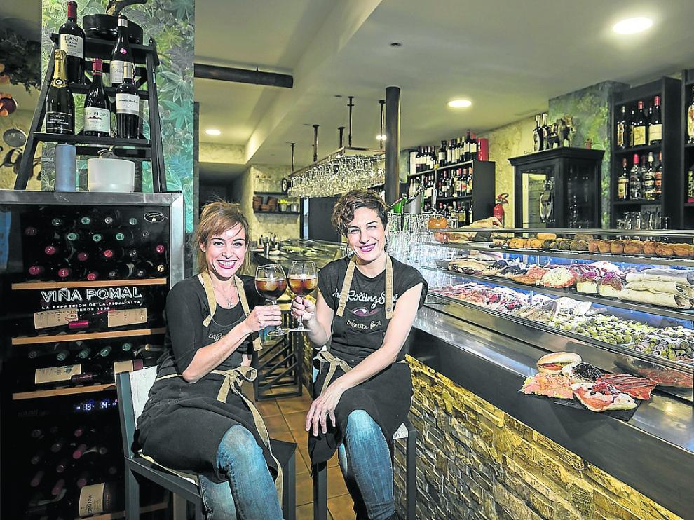 Ruth Barroso y Virginia Rubio, en la barra de la vermutería Cabecita Loca.