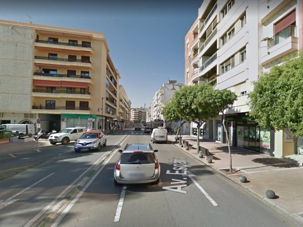 Una llamada recibida sobre las 22.00 alertó a los servicios de emergencias de que una moto de reparto había chocado contra un banco a la altura del número 74 de la Avenida de España.