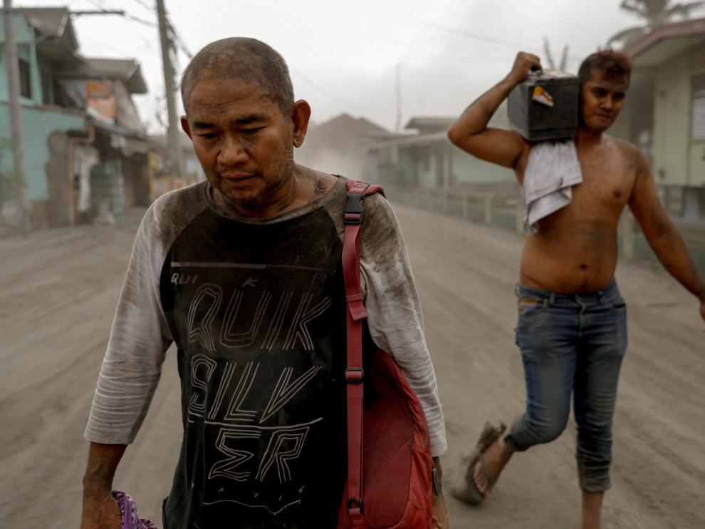 Vecinos de Agoncillo abandonan la zona por la erupción del volcán Taal.