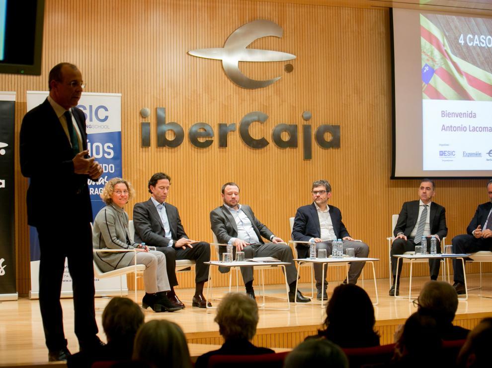 Antonio Lacoma, director regional de Ibercaja, presenta el acto. Detrás, los ponentes y los moderadores.