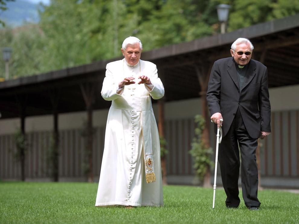 El Papa emérito, a la izquierda, paseando con su hermano.