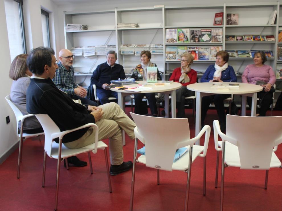 La reunión entre el escritor y sus lectores tuvo lugar en un espacio de la biblioteca de Tarazona