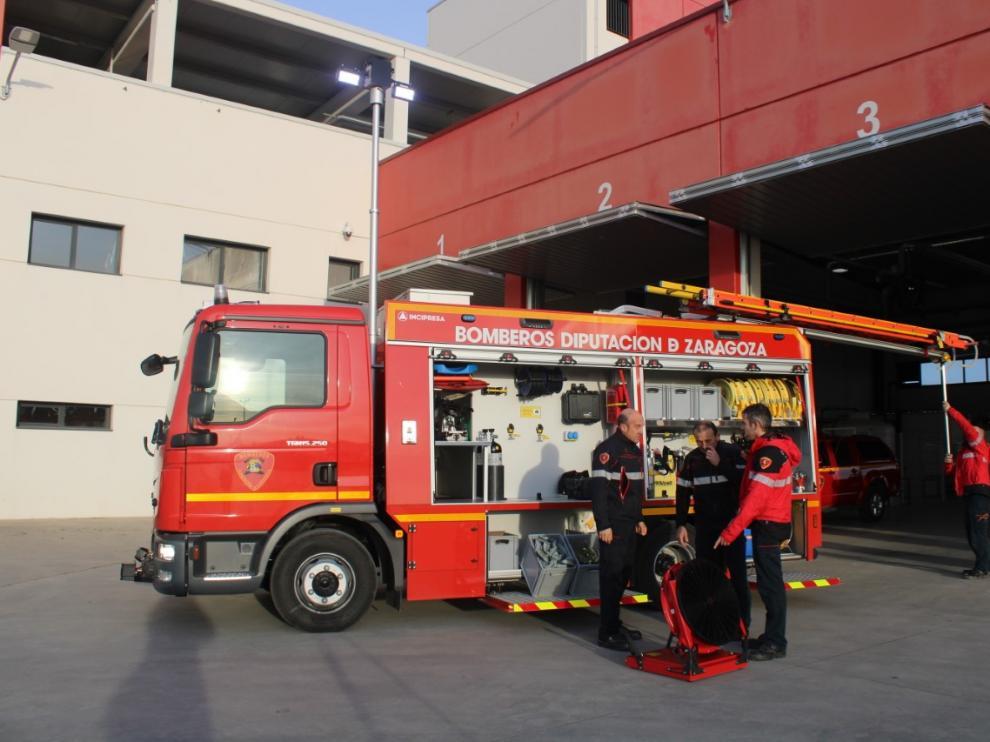 Los bomberos de la Diputación de Zaragoza con el nuevo camión con el que cuenta el parque de Tarazona