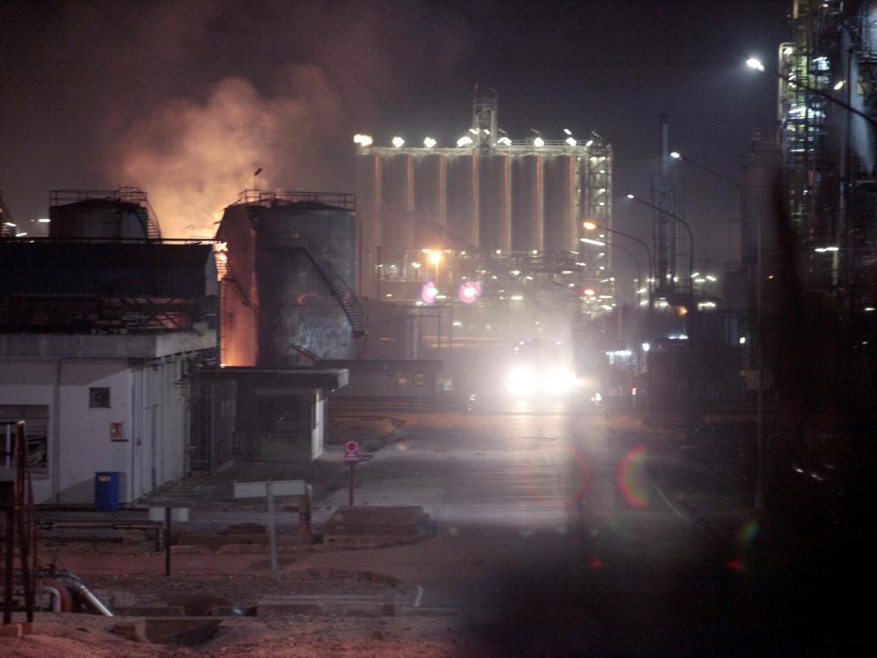 na fuerte explosión en una industria del polígono sur de Tarragona, en el término municipal de La Canonja, ha originado un incendio de grandes dimensiones en plena zona petroquímica