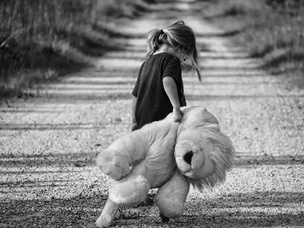 Una niña muere al dejarla abandonada su madre siete días para irse de fiesta.