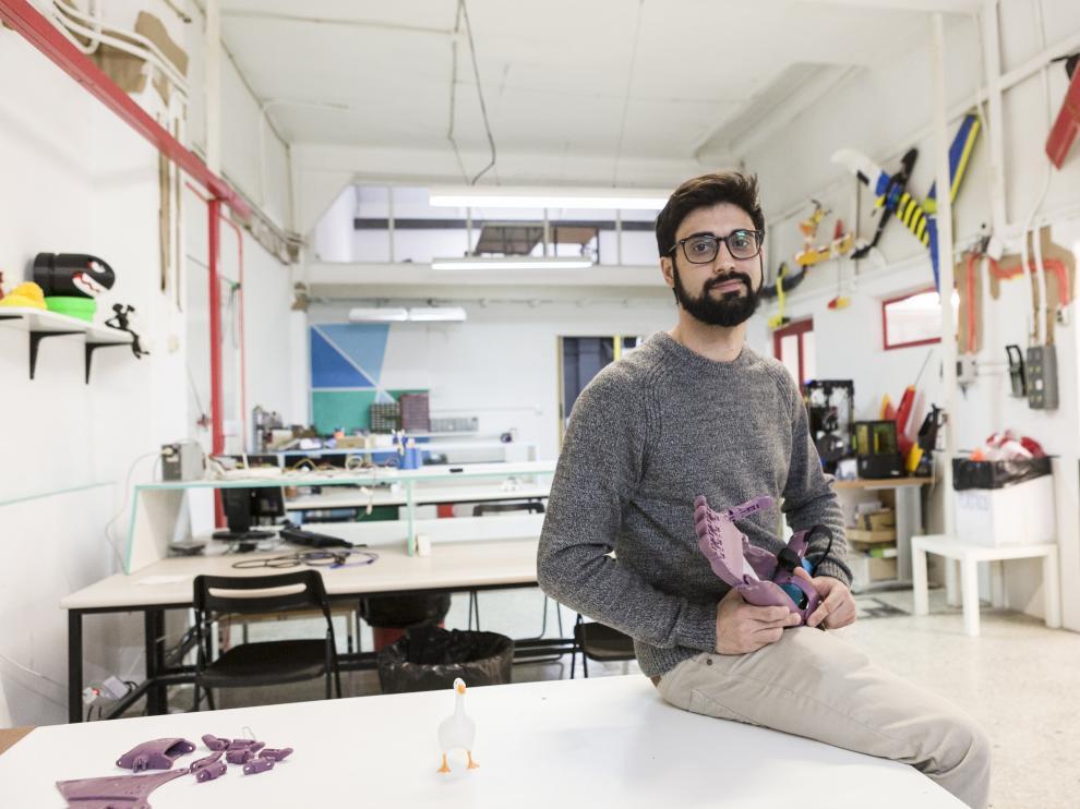Adrián Blasco con la prótesis 3D de brazo que van a enviar en próximos días a la India.