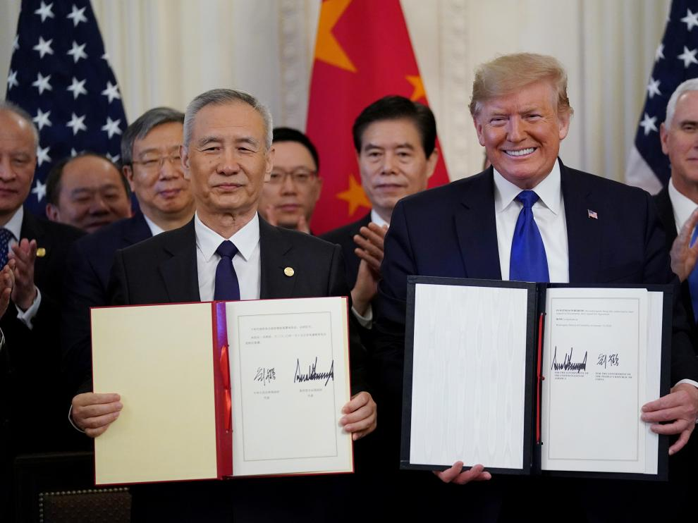 """U.S. President Donald Trump stands Chinese Vice Premier Liu He after signing """"phase one"""" of the U.S.-China trade agreement in the East Room of the White House in Washington, U.S., January 15, 2020. REUTERS/Kevin Lamarque? [[[REUTERS VOCENTO]]] USA-TRADE/CHINA"""