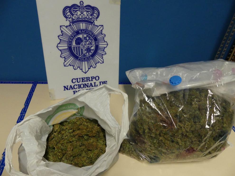 En uno de los vehículos hallaron dos kilos de marihuana.