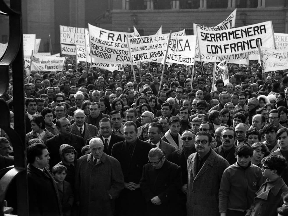 Manifestación de adhesión a Franco en 1970 en la plaza del Seminario.