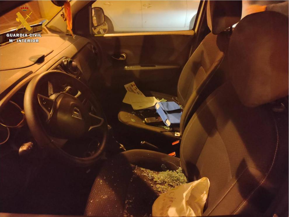 Interior del taxi dañado presuntamente por el joven detenido en Casetas.