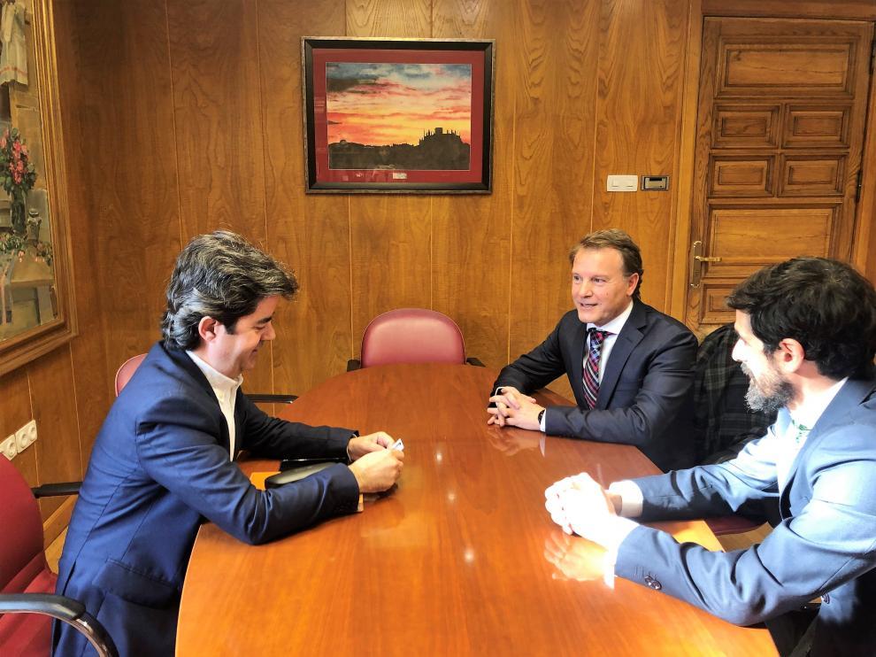 junto al alcalde, el gerente de Desarrollo del Ayuntamiento de Huesca, José Antonio García Tello (en primer término), y el máximo responsable de BBZIX, Fernando Sanagustín.