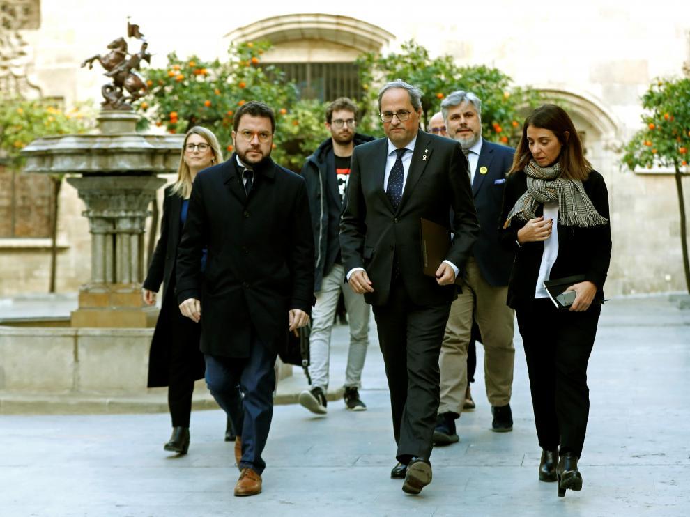 Quim Torra (en el centro) a su llegado a la reunión que han mantenido con representantes de partidos y entidades soberanistas