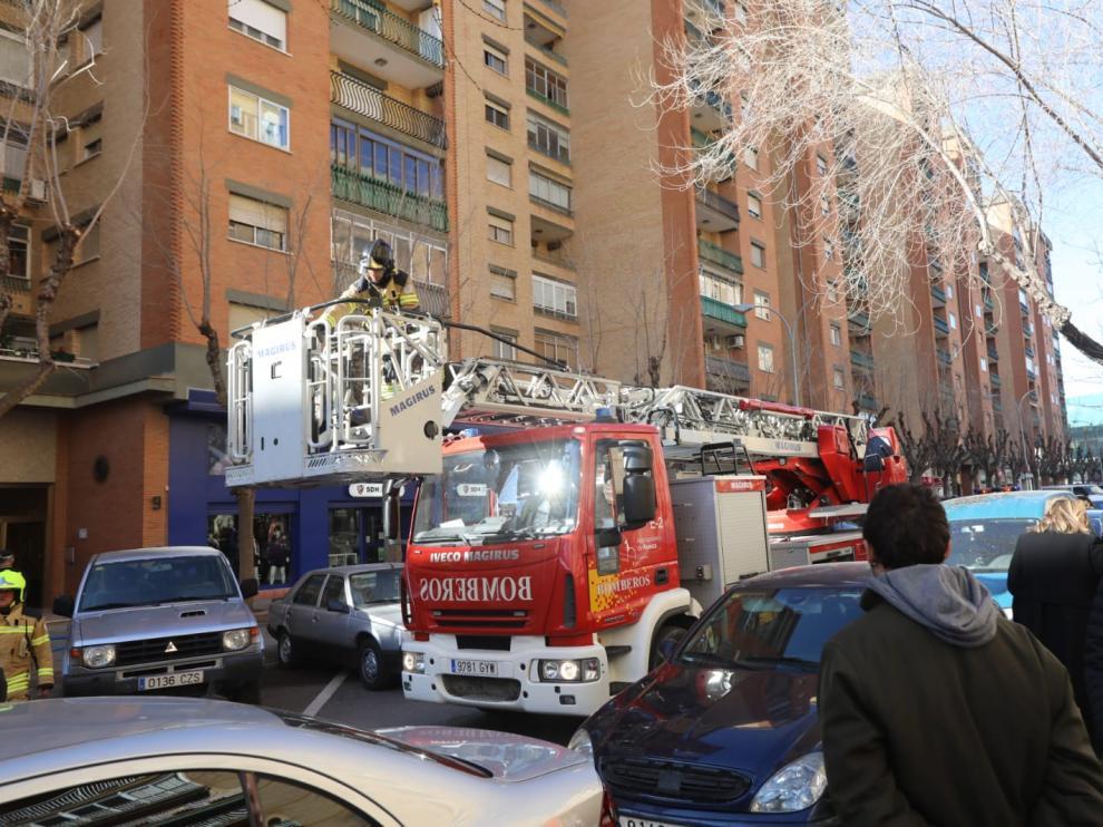 Los bomberos han desplazado el camión con escalera pero finalmente no ha sido necesario desplegarla.