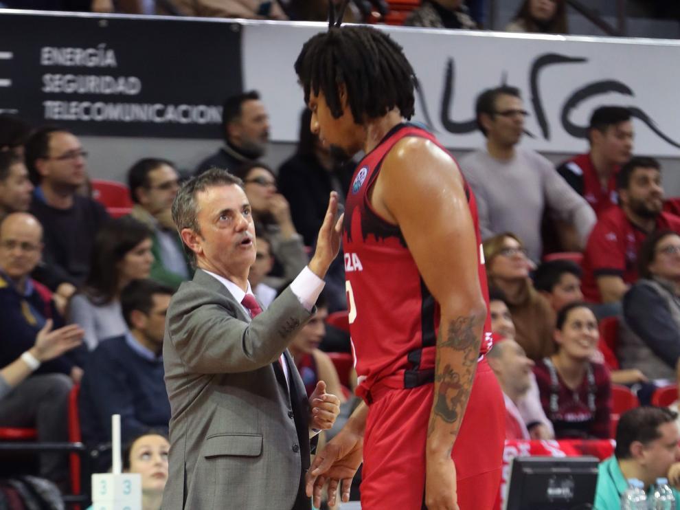 El técnico del Casademont Zaragoza, Porfirio Fisac, conversa con el cubano del equipo aragonés, Javier Justiz, durante el encuentro disputado este miércoles en el Príncipe Felipe.