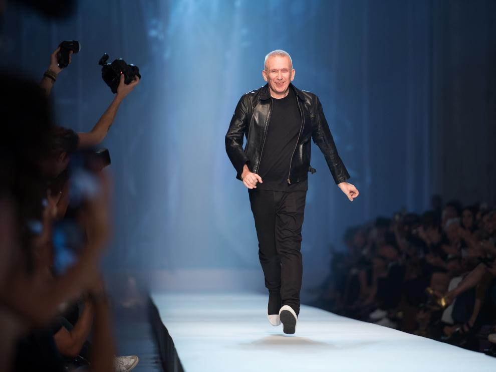 Paris (France).- (FILE) - French designer Jean-Paul Gaultier takes to the catwalk to thank the audience after the Fall/Winter 2018/19 Haute Couture collection during the Paris Fashion Week, in Paris, France, 04 July 2018 (reissued 17 January 2020). According to media reports, Jean-Paul Gaultier will retire. The 67-year-old designer said his Spring/Summer 2020 couture show will be his last. (Moda, Francia) EFE/EPA/CAROLINE BLUMBERG *** Local Caption *** 54465233 Jean-Paul Gaultier to retire