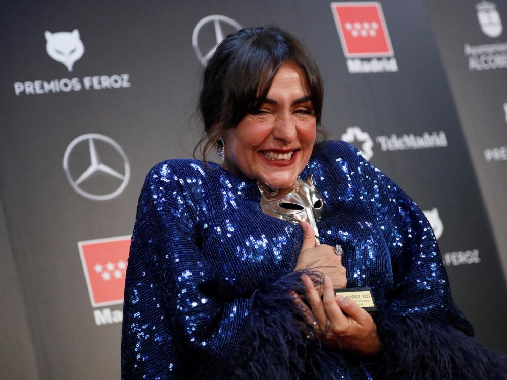"""La actriz Candela Peña posa con el premio a """"Mejor actriz protagonista de una serie"""" por su trabajo en """"Hierro"""""""