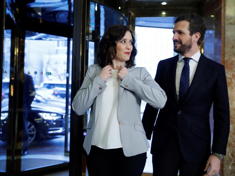 La presidenta de la Comunidad de Madrid, Isabel Díaz Ayuso (i) junto y el presidente del PP, Pablo Casado (d) a su llegada a un desayuno informativo celebrado este jueves 16 de enero en Madrid.