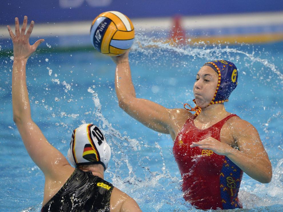 Paula Gonzalez efectúa un lanzamiento en el partido de España y Alemania del Europeo