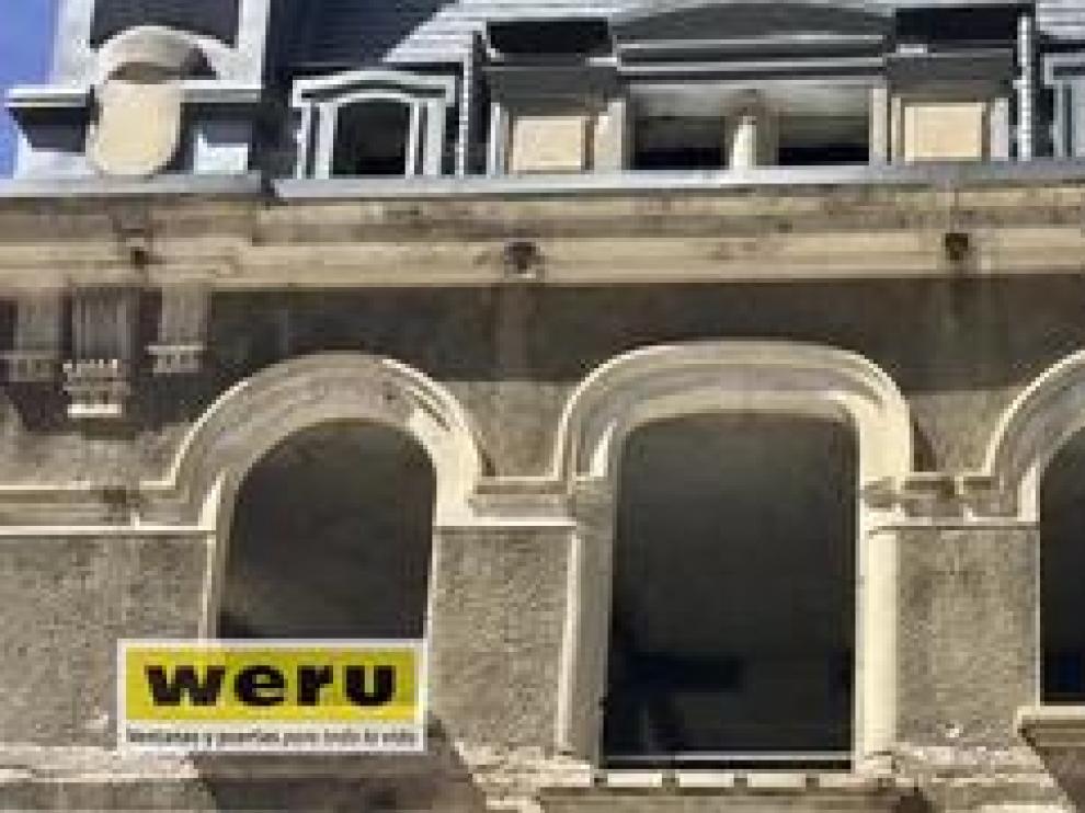 Las imágenes muestran cómo un dron sobrevuela las ventanas de la estación de Canfranc.