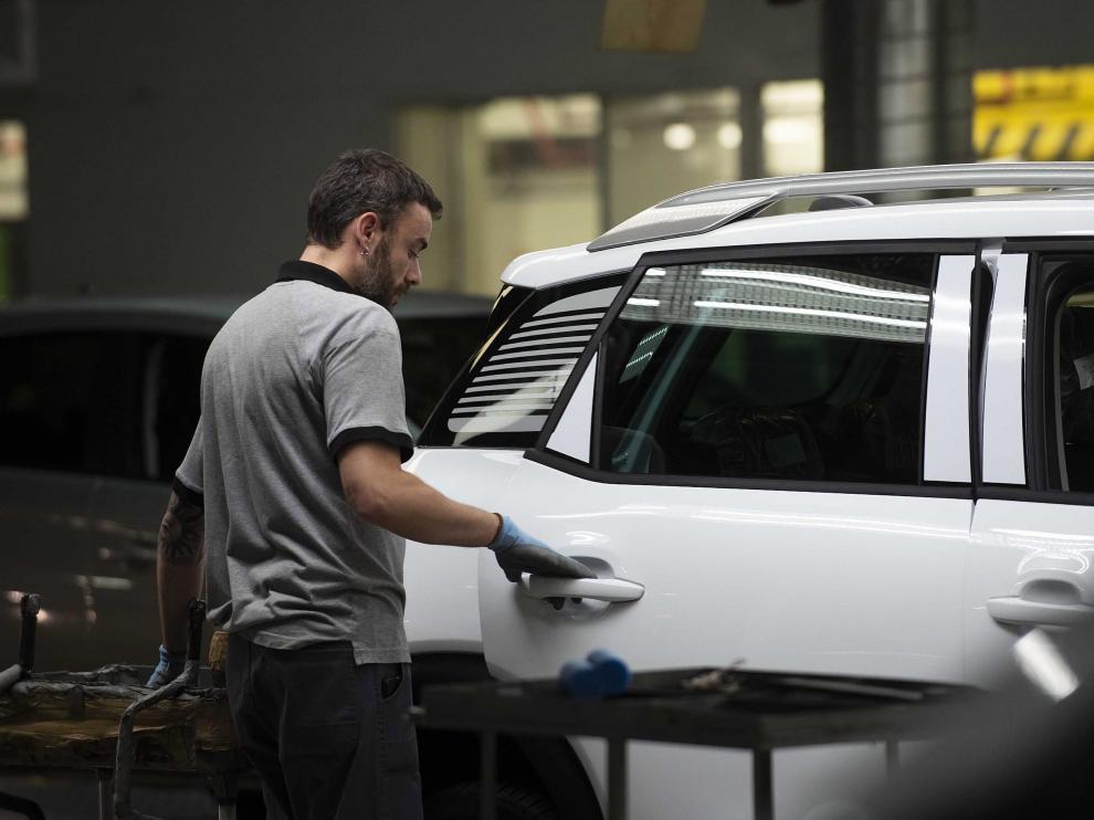 Un operario de la planta de Figueruelas trabaja en un Citroën C3 Aircross.
