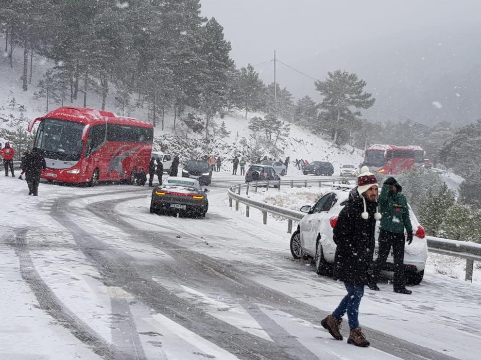 El autobús, se quedó cruzado en la calzada bloqueando el tráfico durante horas.