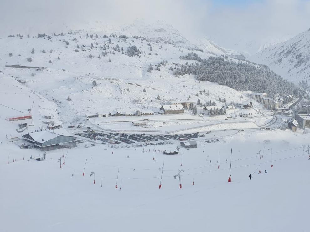 Las estaciones, como Candanchú -en imagen-, han amanecido con una capa de entre 15 y 25 cm de nieve reciente.