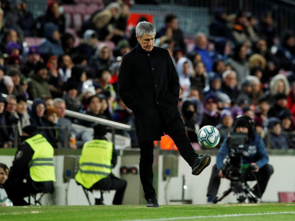 Quique Setién, en la banda del Camp Nou, en su estreno como entrenador del Barça.