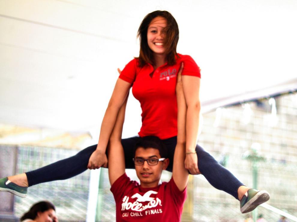 Pareja practicando gimnasia aeróbica